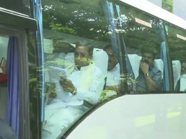 कांग्रेस-जेडीएस विधायक एक बस से विधानसभा पहुंचे। - Dainik Bhaskar