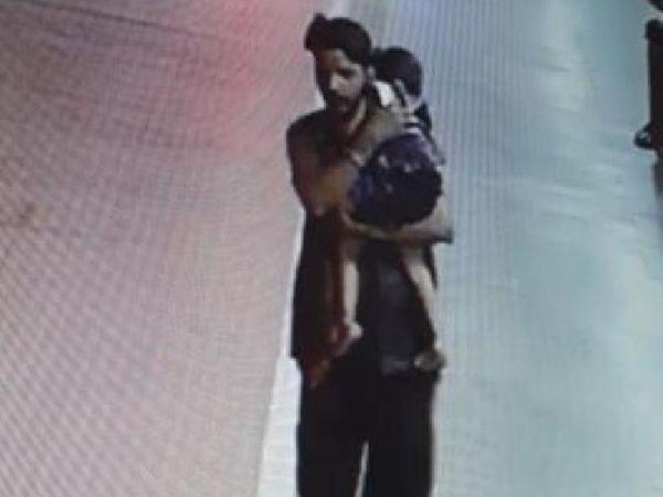सीसीटीवी फुटेज में बच्ची को गोद में उठाए आरोपी रिंकू। - Dainik Bhaskar