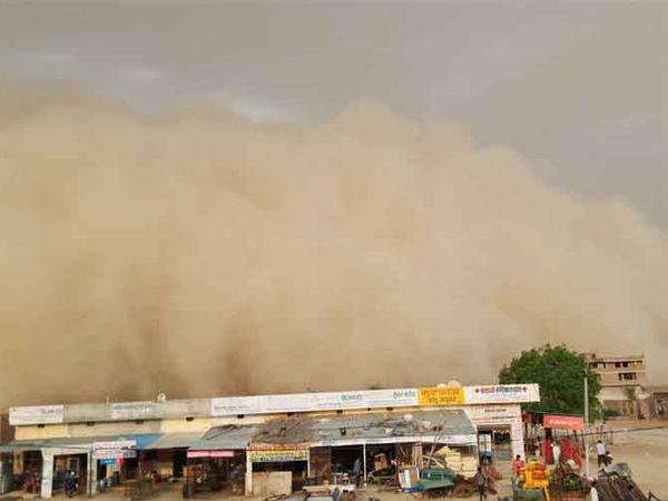 मोहनगढ़ में उठता धूल का गुबार। - Dainik Bhaskar