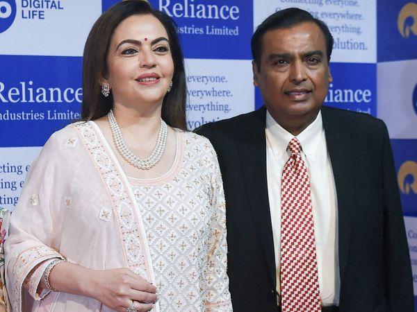 रिलायंस इंडस्ट्रीज के चेयरमैन मुकेश अंबानी पत्नी नीता के साथ। - Dainik Bhaskar