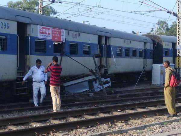 पटरी से उतरी ट्रेन। - Dainik Bhaskar