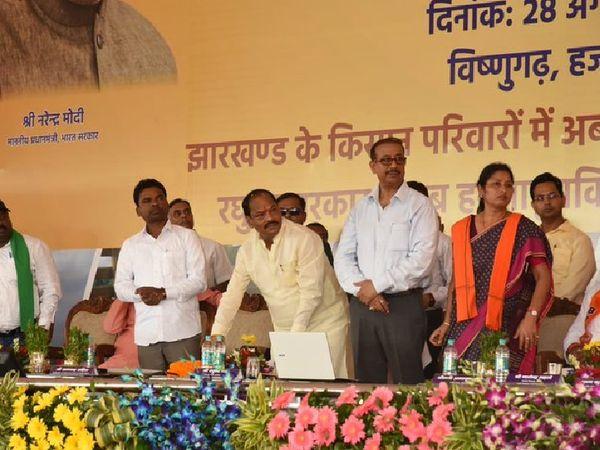 परियोजना का ऑनलाइन उद्घाटन करते मुख्यमंत्री रघुवर दास। - Dainik Bhaskar
