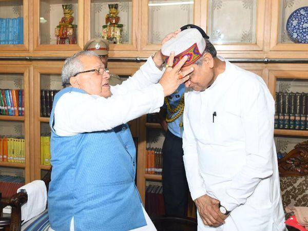 मुख्यमंत्री गहलोत को हिमाचली टोपी पहनाकर स्वागत करते राज्यपाल कलराज मिश्र। - Dainik Bhaskar