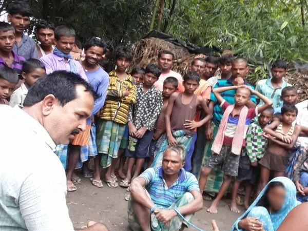 बौंसी थाना क्षेत्र के फरकिया पंचायत में रस्सी से बंधी विधवा और अधेड़। - Dainik Bhaskar