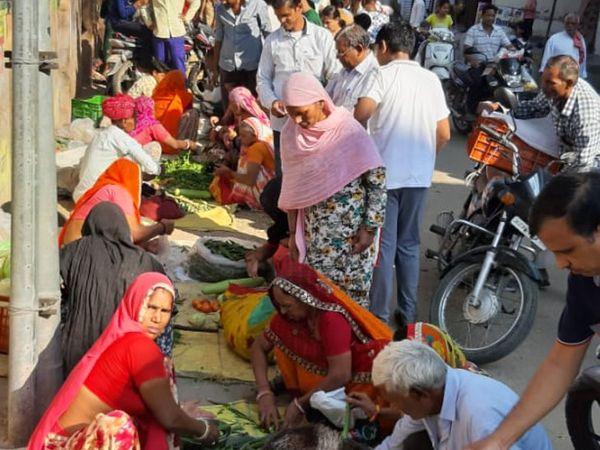 कर्फ्यू में मिली ढील के दौरान बड़ी संख्या में लोग बाजार में उमड़े। - Dainik Bhaskar