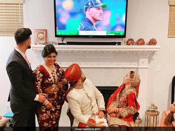 हसन तस्लीम अपनी दुल्हन के साथ मैच देखते हुए। - Dainik Bhaskar