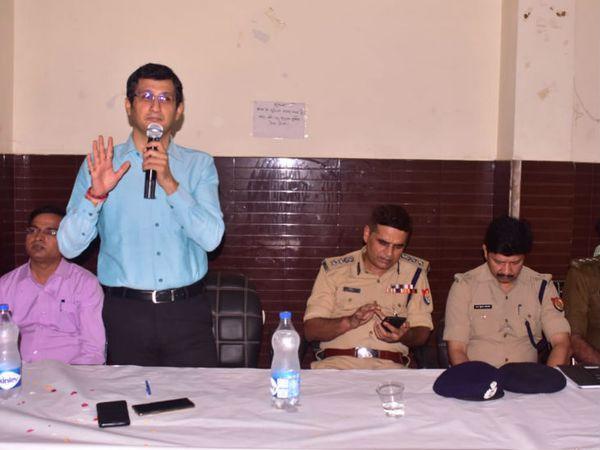 भाईचारा समितियों की बैठक करते डीएम और एसएसपी। - Dainik Bhaskar
