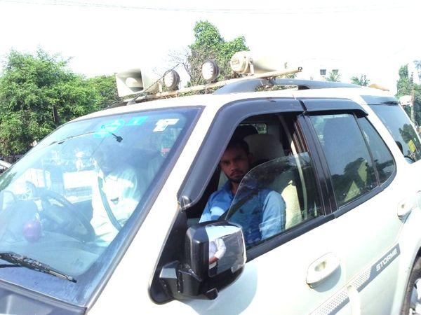 खान एवं भूतत्व विभाग की इसी गाड़ी को रोका गया था, जिसके बाद गाड़ी में बैठे युवक ने बदसलूकी की। - Dainik Bhaskar