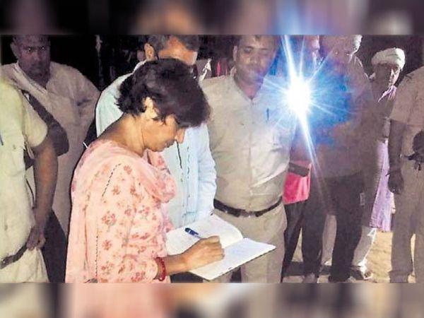 रोहतक के गांव भगवतीपुर के खेतों में जांच करतीं एफएसएल एक्सपर्ट डॉ. सरोज दहिया। - Dainik Bhaskar