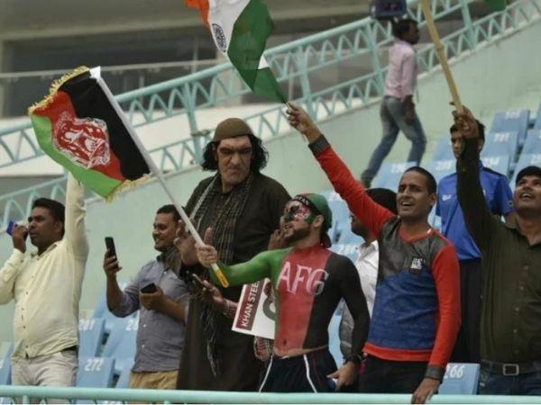 अफगानिस्तान और वेस्टइंडीज के बीच बुधवार को इकाना स्टेडियम में सीरीज का पहला वनडे खेला गया। शेर खान (पठानी सूट में) उस दौरान मौजूद रहे। - Dainik Bhaskar