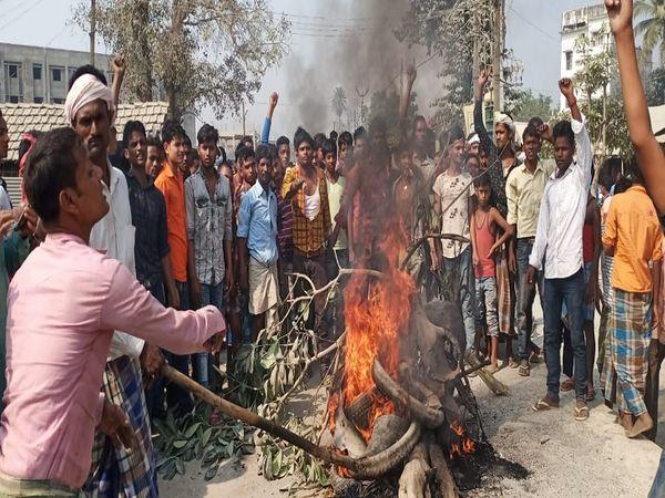 सड़क जाम करते विरोध प्रदर्शन करते स्थानीय लोग। - Dainik Bhaskar