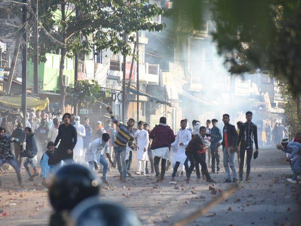 जबलपुर में सीएए का विरोध कर रहे लोगों को पुलिस ने रोका तो उन्होंने पथराव कर दिया। - Dainik Bhaskar