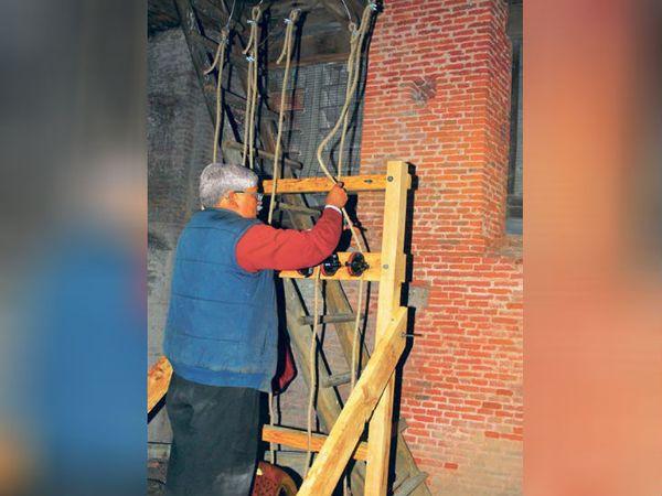 ये छह रस्से नीचे ऊपर छह चाइम्स के हैमर से जुड़े हैं। नीचे चर्च के प्रेअर हॉल में एक रस्से में बदल जाते हैं। - Dainik Bhaskar