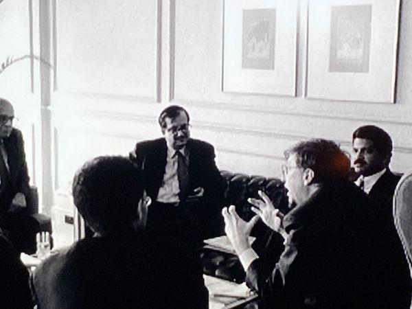 गेट्स 1997 में पहली बार भारत आए तब आनंद महिंद्रा से मुलाकात हुई थी, एक ट्विटर यूजर से मिली यह तस्वीर महिंद्रा ने शेयर की। - Dainik Bhaskar
