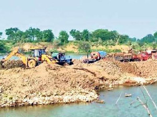 शहर से 15 किमी दूर गांव कोलवा-ढाबला के बीच इस तरह मशीनों से किया जा रहा है रेत खनन। - Dainik Bhaskar