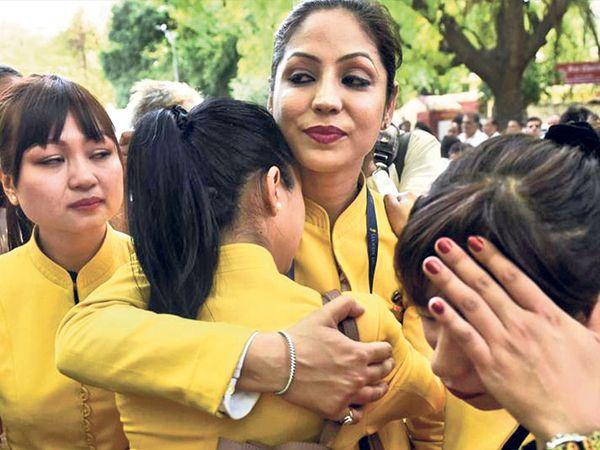 कर्ज में डूबी जेट एयरवेज का संचालन अस्थाई तौर पर बंद होने की घोषणा के बाद दिल्ली में 18 अप्रैल को जेट कर्मचारियों द्वारा एयरलाइन को बचाने की अपील। - Dainik Bhaskar