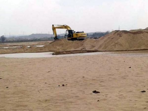 रेत का अवैध खनन व परिवहन रोकने के लिए हिंदू-मुस्लिम ट्रैक्टर-ट्रॉली यूनियन के सदस्य खदानों पर डटे हैं। - फाइल फोटो - Dainik Bhaskar