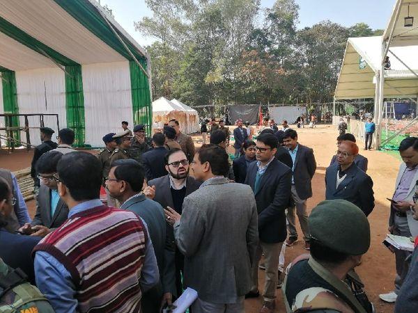 निरीक्षण के दौरान मुख्य सचिव डीके तिवारी। - Dainik Bhaskar