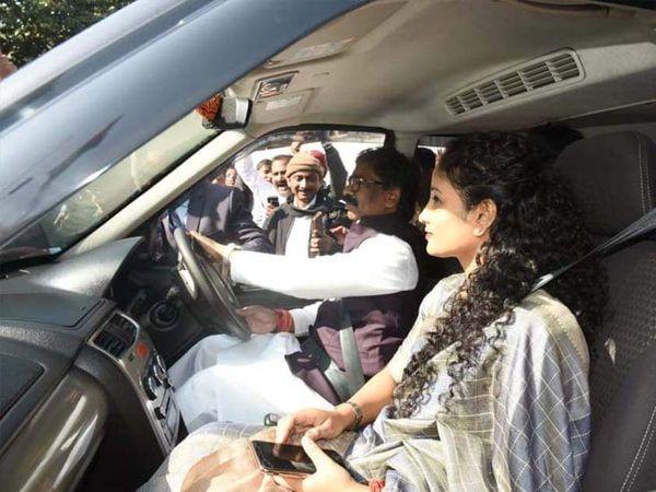 मुख्यमंत्री हेमंत सोरेन शपथ लेने से पहले खुद कार चलाकर पिता शिबु सोरेन और मां रूपी सोरेन का आशीर्वाद लेने पहुंचे। - Dainik Bhaskar