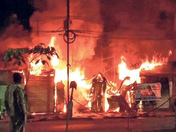 रेसकोर्स रोड पर राणी सती गेट के पास ऑइल की एक दुकान में शनिवार रात शाॅर्ट सर्किट से आग लग गई। - Dainik Bhaskar