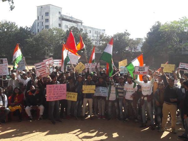 प्रदर्शन के दौरान समाजिक संगठन के कार्यकर्ता। - Dainik Bhaskar