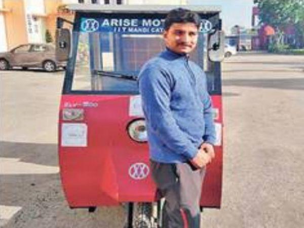 अपने द्वारा तैयार किए ऑटो के साथ विपन धीमान। - Dainik Bhaskar