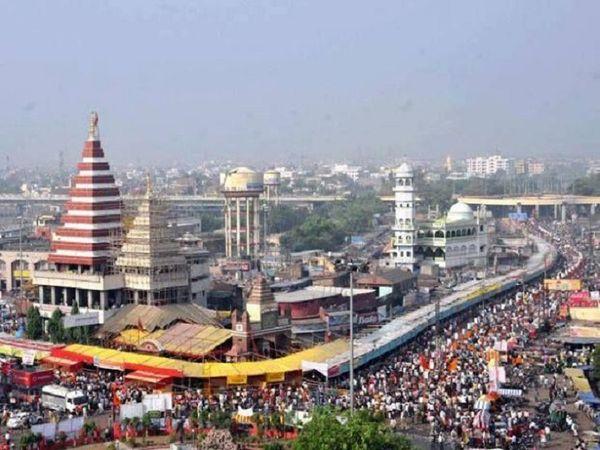 स्टेशन स्थित महावीर मंदिर में पूजा करने पहुंचे हजारों लोग। - Dainik Bhaskar