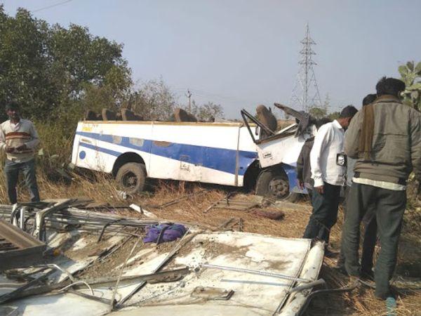 हादसे में बस का ऊपरी हिस्सा टूटकर दूर जा फिंका। - Dainik Bhaskar