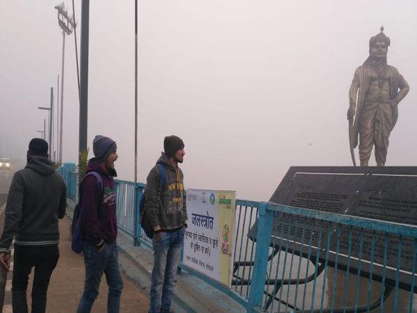 मप्र के ज्यादातर जिलों में रात से जारी बारिश ने ठंड और कोहरा बढ़ा दिया है। भोपाल की वीआईपी रोड भी सुबह कोहरे में ढंकी रही। - Dainik Bhaskar