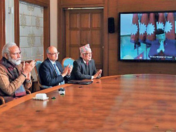 वीडियो काॅन्फ्रेंसिंग से अाइसीपी का उद््घाटन करते भारत के पीएम नरेंद्र मोदी व नेपाल के पीएम केपी शर्मा ओली। - Dainik Bhaskar