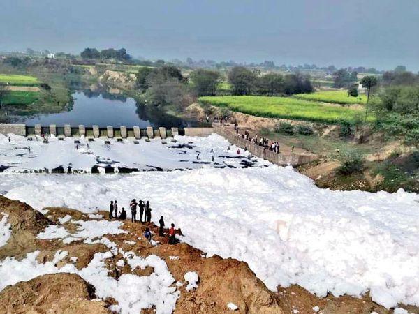 बर्फ नहीं, यह मुरैना की क्वारी नदी  है। - Dainik Bhaskar