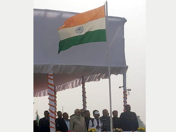 मुख्यमंत्री के सामने झंडा फहराते झपसी मोची। - Dainik Bhaskar