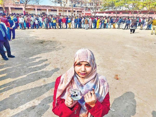 दिल्ली विधानसभा में 61.71 फीसदी वोटिंग हुई। - Dainik Bhaskar