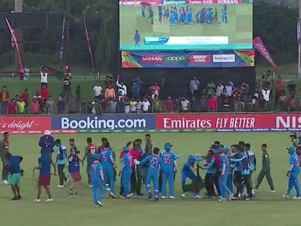 अंडर-19 वर्ल्ड कप के फाइनल में रविवार को भारत और बांग्लादेश खिलाड़ियों के बीच झड़प हुई थी। - Dainik Bhaskar