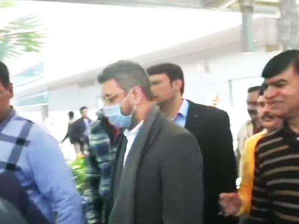 आरोपी सट्टेबाज संजीव चावला को गुरुवार को दिल्ली लाया गया। - Dainik Bhaskar