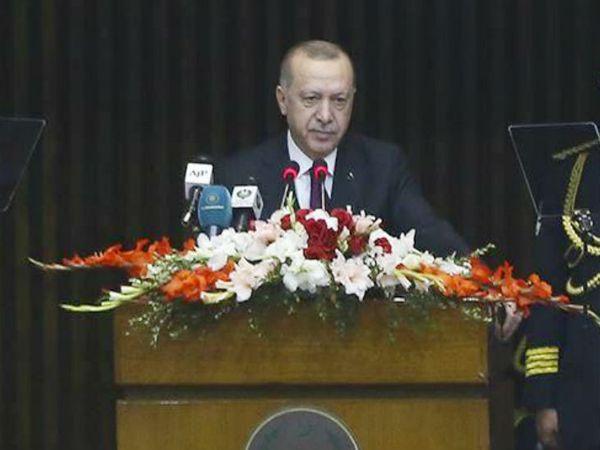 पाकिस्तान की संसद में भाषण देते हुए तुर्की के राष्ट्रपति रजब तैयब अर्दोआन। - Dainik Bhaskar