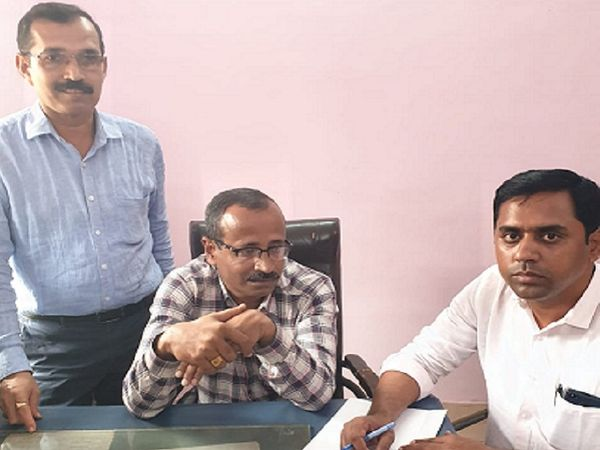 एसीबी ने रेलवे के ऑफिस सुपरिटेंडेंट को घूस लेते रंगे हाथ गिरफ्तार किया। - Dainik Bhaskar