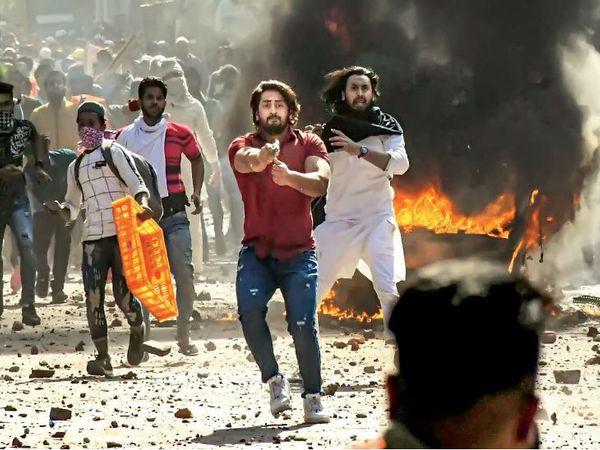 जाफराबाद में हिंसा के दौरान शाहरुख ने पिस्तौल से कई फायर किए। - Dainik Bhaskar