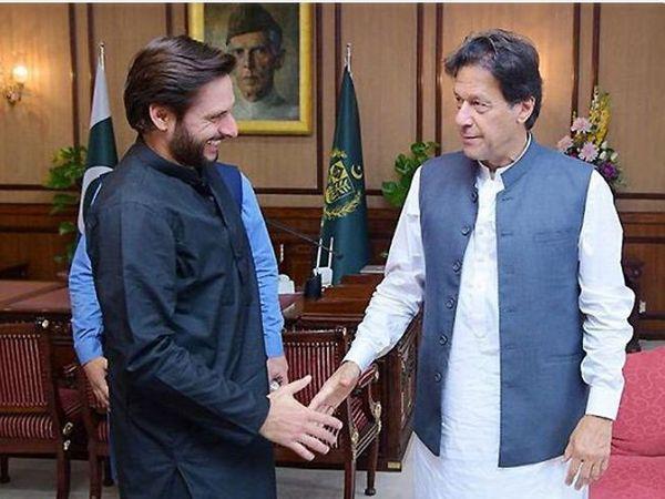 पाकिस्तान के प्रधानमंत्री इमरान खान के साथ शाहिद अफरीदी। (फाइल) - Dainik Bhaskar