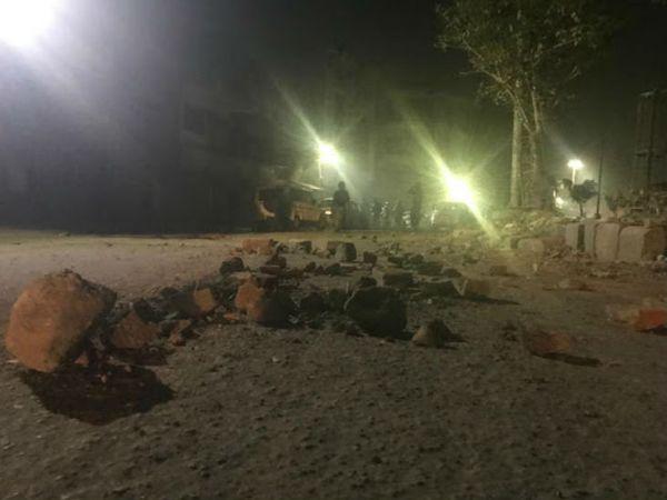 भजनपुरा चौक से अंदर करावल नगर रोड पर कर्फ्यू है मगर चंदू नगर में ऐसा कोई निशान नहीं।