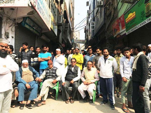 मुस्लिम बहुल इलाकों में युवाओं को उपद्रव करने से रोकने के लिए गलियों के बाहर बैठे बुजुर्ग।