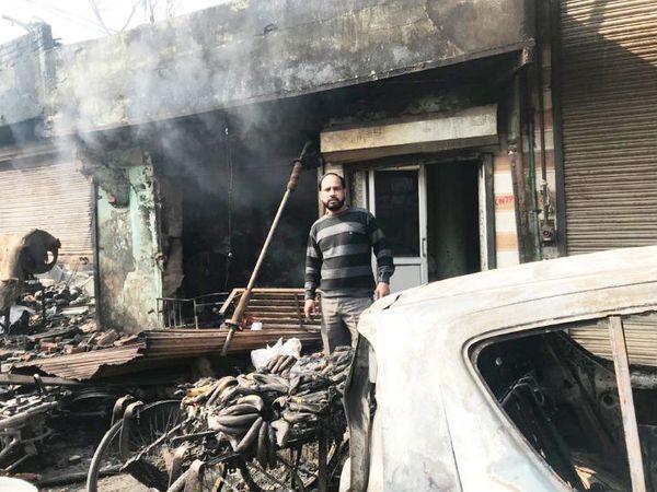 मोहम्मद आजाद, जिनकी चिकन की दुकान जला दी गई।