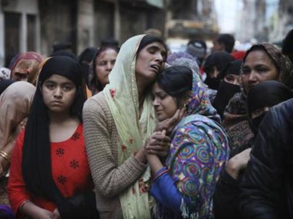 दिल्ली की हिंसा में मारे गए मोहम्मद मुदासिर का शोकाकुल परिवार। - Dainik Bhaskar
