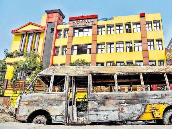 यह बृजपुरी का विक्टोरिया स्कूल है। जिसकी 2 बस दंगाइयों ने फूंक दी और दी वैन भी। गार्ड ने बताया कि सीसीटीवी का डीवीआर भी ले गए। - Dainik Bhaskar