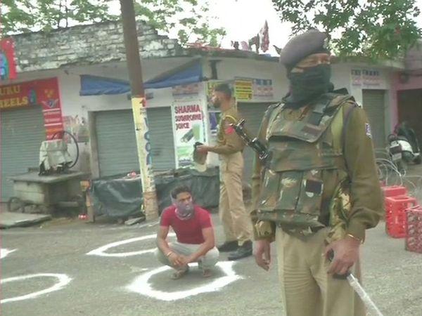 जम्मू-कश्मीर में लॉकडाउन नहीं मानने वालों को पुलिस ने सोशल डिस्टेंसिंग के लिए बनाए गए घेरे में बैठा दिया।
