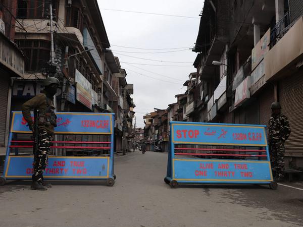 श्रीनगर के कुछ बाजारों में सुरक्षाबल बैरिकेड्स लगाए खड़े दिखाई दिए।