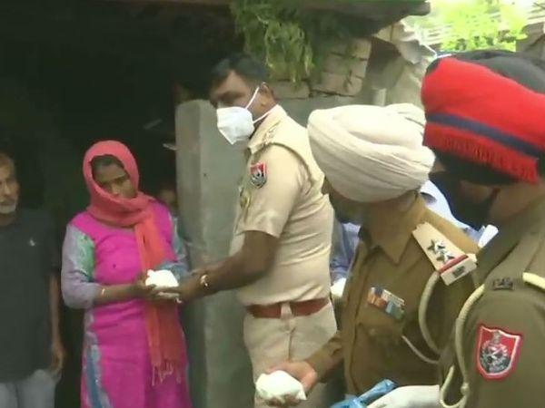 पंजाब पुलिस लोगों के घर जाकर उन्हें खाने का सामान दे रही है।