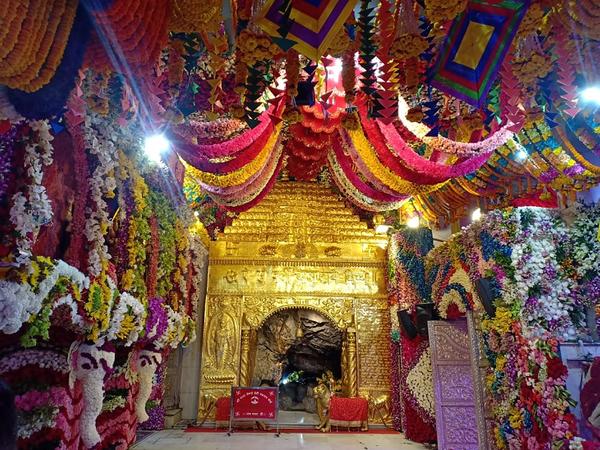 चैत्र नवरात्रि के पहले दिन वैष्णोदेवी मंदिर में विशेष पूजा के दौरान परिसर पूरा खाली रहा।