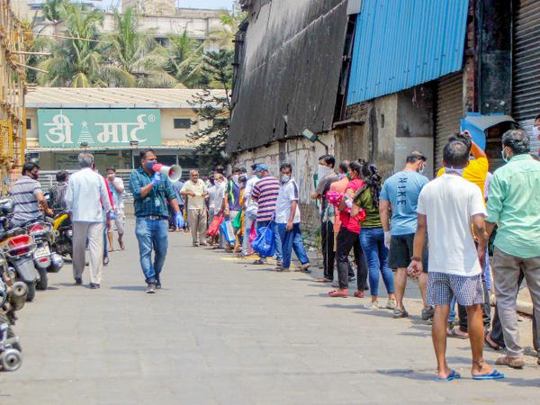 मुंबई के मीरा रोड इलाके में राशन की दुकान के बाहर अपनी बारी का इंतजार करते लोग। यहां भी नागरिक सोशल डिस्टेंसिंग पर अमल करते नजर आए। - Dainik Bhaskar