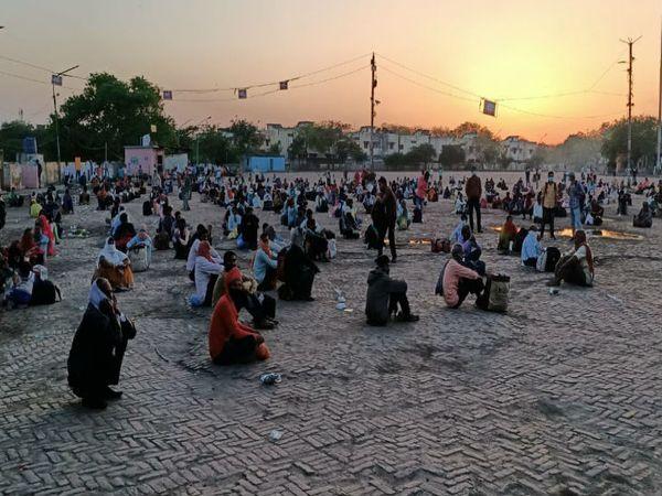 कानपुर बस अडडे पर पहुंचे लोग - Dainik Bhaskar
